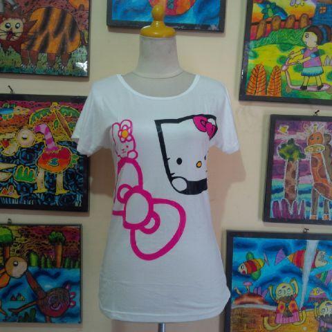 Kaos Spandek Hello Kitty Bahan dasar spandek, halus, gak panas dan nyaman dipakai untuk beraktivitas. Lingkar pinggang bisa melar sampe 84cm, panjang 59cm.
