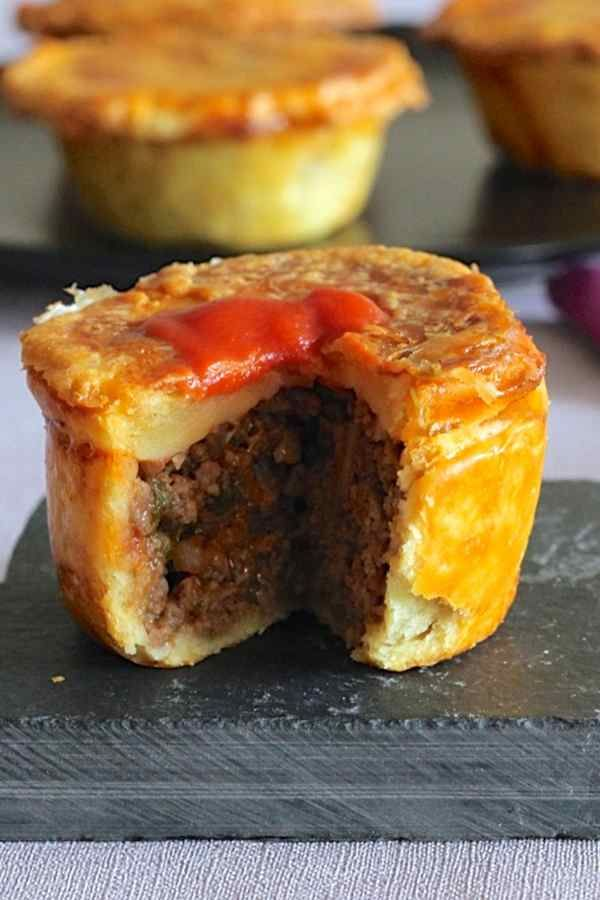 Meat pie, one of the most emblematic dishes of Australia, is a pie stuffed with beef traditionally served in individual portions.