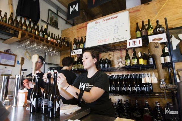 Nichée dans les vertes collines peu fréquentées du Vermont, près de Greensboro Bend, village de quelque 200 âmes, Hill Farmstead Brewery est un lieu d'exception. Élue meilleure brasserie du monde par les sites de critiques de bières RateBeer et Beer Advocate en février dernier, elle est depuis prise d'assaut par les amateurs de bière qui viennent se ravitailler, leurs growlers sous le bras. Visite guidée par un beau samedi ensoleillé d'été.
