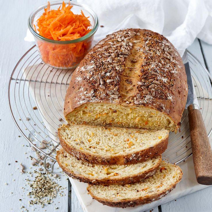 Ett saftig matbröd med morötter och frön.