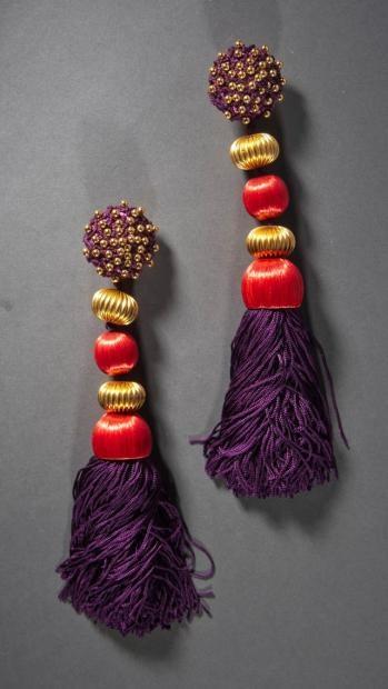 * SAINT LAURENT rive gauche, 1968/1970 Paire de pendants d'oreilles composés d'une plaque ronde en passementerie violette cloutée soutenant des perles godronnées en métal doré de glands en soie rouge finissant par un pompon violet