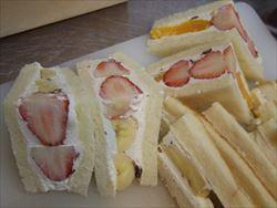 具は苺&デコポンと、苺&バナナの2種類。クリームには刻んだラムレーズンを加えました