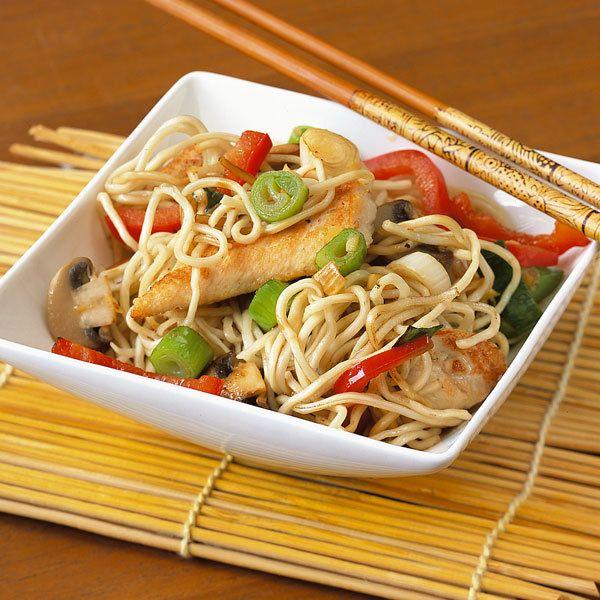 Im Handumdrehen ist die Asia-Nudel-Pfanne mit frischem Gemüse und Hühnchen gewokkt. Und alle Zutaten findet man im gut sortierten Supermarkt.
