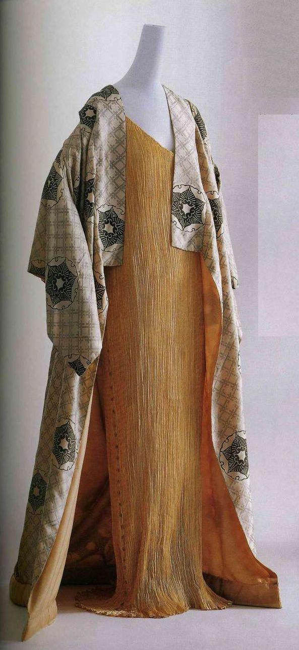 Накидка и платье «Дельфос». Мариано Фортуни, 1910-е. Белая шелковая тафта с шаблонным узором в виде традиционных японских мотивов, подбитый подол из розовой шелковой тафты, подкладка из такого же материала. Платье из одного куска плиссированной ткани, шелковый атлас цвета топаза, стеклянные бусины вдоль боковых швов и по краю проймы.