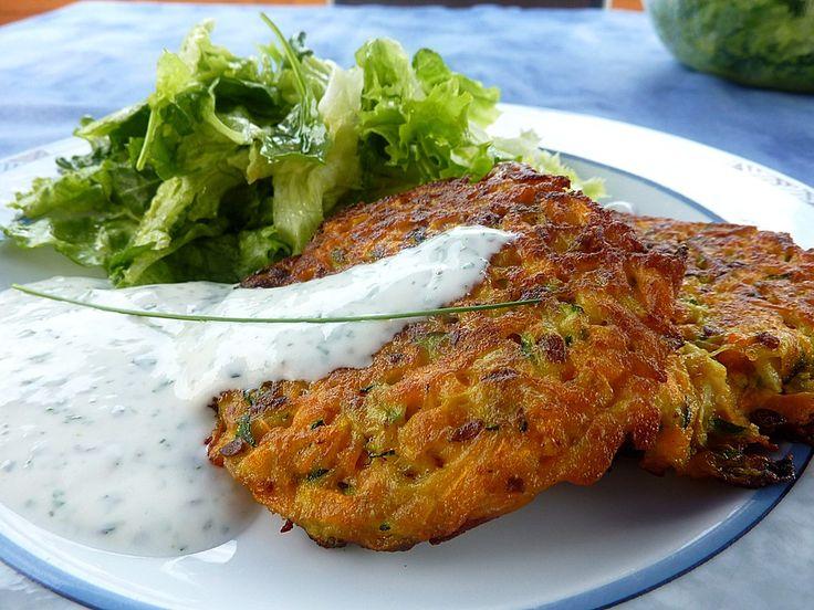 Zucchini-Möhren Puffer mit Kräuter-Joghurt Creme