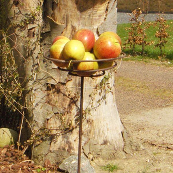 Solsortens favorit. Det bedste foderbræt man kan ønske sig, fordi fuglene føler sig trygge ved at have frit udsyn. Når fuglen sidder i æblerne og spiser, bevæger foderbrættet sig lidt og det er med til at undgå slåskampe mellem fuglene.