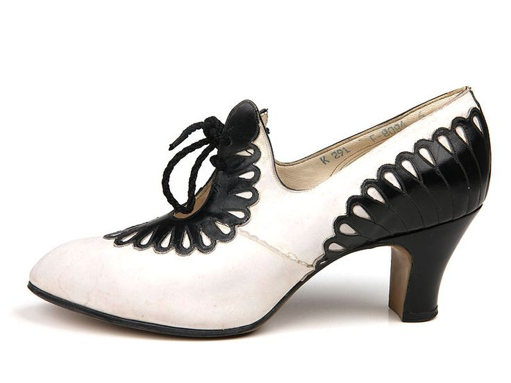 1930s White leather pumps with black leather applique in the form of petals on the back and vamp.