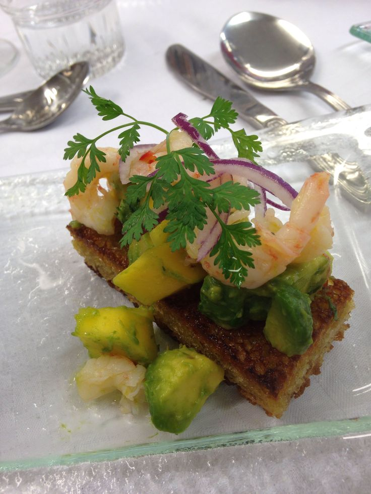 Mango-avokado bruschetta with chilimarinaded shrimps