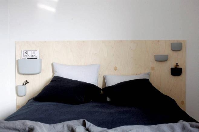 Makuuhuoneen sängynpääty on tehty itse vanerista. Pellavalakanat Balmuir. Lokerikot Pocket/ Normann Copenhagen.