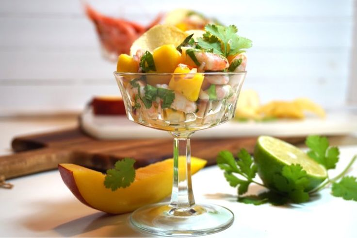 Räksallad med mango, lime och koriander, en helt underbart god förrätt med otroliga smaker. Älskar du också koriander så testa.