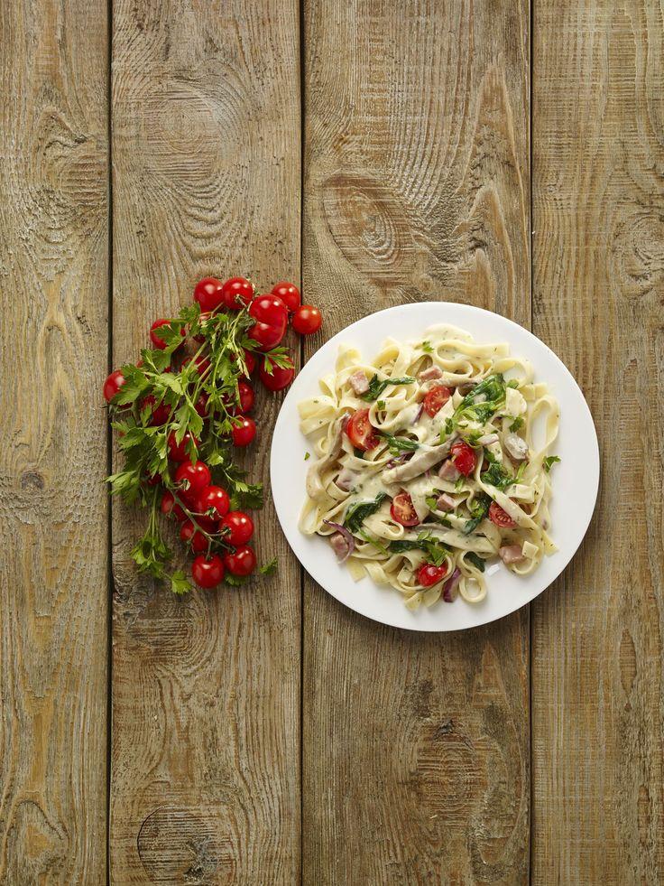 Pinaattipasta on ihanan helppoa arkiruokaa! Herkullisen keväinen pasta viimeistellään ruohosipulisilpulla ja pinjansiemenillä.