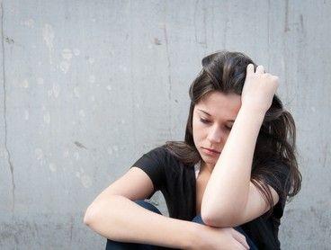 Einsamkeit: Was hilft gegen den Trennungsschmerz?  Als frisch gebackener Single wird man nicht selten von einer schmerzhaften Einsamkeit überrollt. Alles fühlt sich leer und falsch an und der Liebeskummer scheint einen nicht mehr loslassen zu wollen. Was also tun, wenn der Trennungsschmerz einen schier aufzufressen scheint?  #Vidensus #Trennungsschmerz #Einsamkeit #Kartenlegen