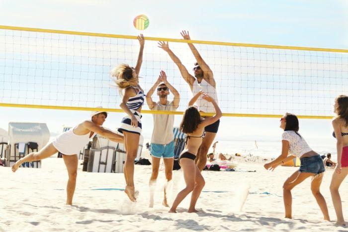 exercice pour maigrir, volleyball de plage, maillot de bain noir, shorts en jeans, shorts bleu homme, lunettes de soleil