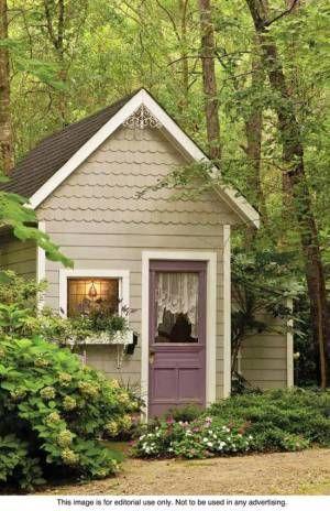 Una casetta da giardino decorativo può essere il luogo ideale per memorizzare gli strumenti e le attrezzature da giardino, oppure può essere utilizzato come cortile rifugio di un bambino.