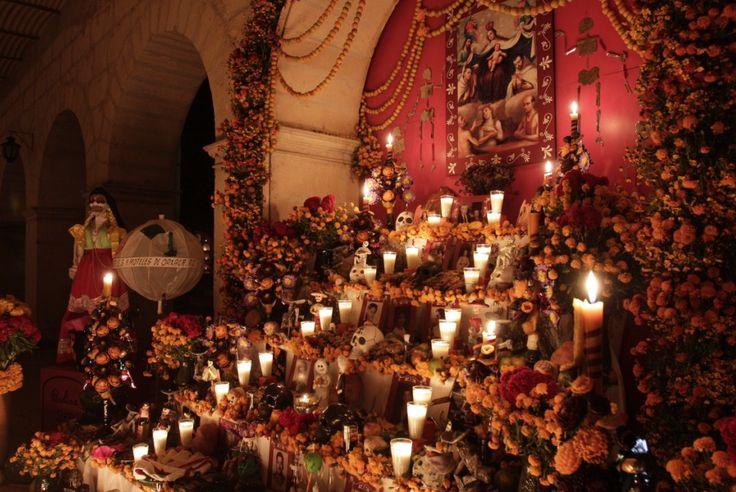 """En Oaxaca se conmemora el día de muertos con la ofrenda de los """"angelitos"""". Dicha ofrenda se compone de canastas pequeñas, llevando en cada una de ellas, hojas de zapote.  Terminando esto se cubre la canasta con las hojas de zapote, se dice que estas hojas son para los muertos su servilleta, al terminar de cubrirlas se le ponen las velas, y a cada vela se le asigna el nombre de un angelito, estas velas son la luz que los acompaña en su camino."""