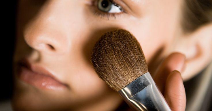 Cómo hacer que tu cara parezca más larga. ¿Descontenta con la forma de tu cara? Si tienes una cara redonda y no te gusta, hay varias maneras de cambiar el aspecto y hacer que tu rostro se vea más largo sin tener que someterte a una cirugía plástica. Hay dos opciones para lograrlo. La primera consiste en la forma de aplicar el maquillaje y la segunda consiste en cómo llevar el cabello. He ...