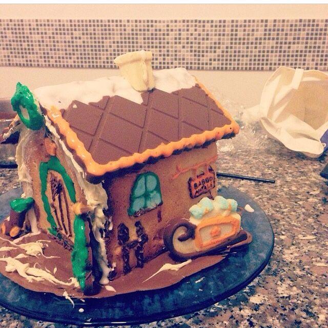 Casa di babbo natale con cioccolato e pasta frolla