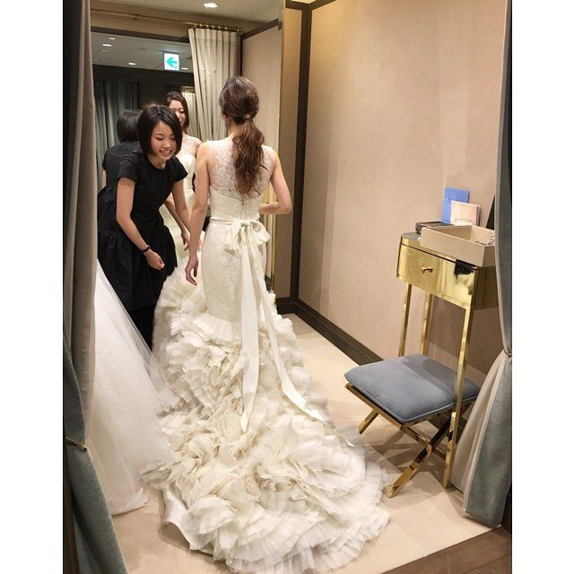 裾のふりふり可愛い〜なぁ〜☺❤ * #verawanglark#verawang#lark#ヴェラウォン#ラーク#プレ花嫁#ウェディングソムリエアンバサダー#ウェディングソムリエ#love#wedding#weddingdress#bride#bridal#marry花嫁#hawaiiwedding#instawedding#dressfitting#ウェディング#ブライダル#ウェディングドレス#ウェディングドレス試着#結婚式準備#ハワイ挙式#ドレス迷子#リゾ婚#日本中のプレ花嫁さんと繋がりたい#全国のプレ花嫁さんと繋がりたい#ウェディングニュース