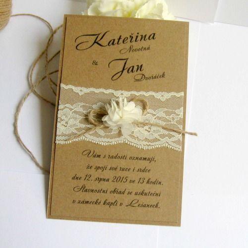 Svatební+oznámení+Svatební+oznámení+z+recyklovaného+papíru,+ozdobené+smetanovou+květinovou+krajkou,+jutovým+provázkem+a+látkovou+kytičkou.+Písmo+i+text+je+ilustrativní.+Obálka+je+k+oznámení+zdarma.