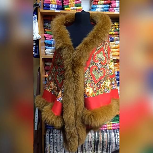 👑Утепленная накидка из шерстяного павловопосадского платка  с мехом песца ❗️Есть в наличии 💰22 000 руб. #компаниялукоморье #лукоморье #подарок #сюрприз #натуральныймех #павловопосадскийплаток #вернисажизмайлово #lukomory #behappynow #beauty #handmade #red