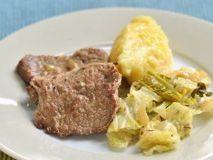 Roštěná na česneku s kapustou a chlupatým knedlíkem — Kluci v akci — Česká televize