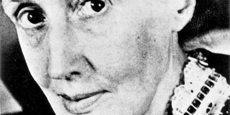 """[video] Virginia Woolf: Orlando // Qual è il debito che le donne di oggi, e il femminismo, hanno con Virginia Woolf? Roberta Pintor intervista Armanda Guiducci, autrice di una saggio sulla scrittrice inglese: insieme parlano del suo rapporto complesso coi movimenti di emancipazione, delle sue teorie sull'uguaglianza e sulla differenza di genere, dell'originale idea di androgino che percorre la sua scrittura e diventa romanzo in """"Orlando""""."""