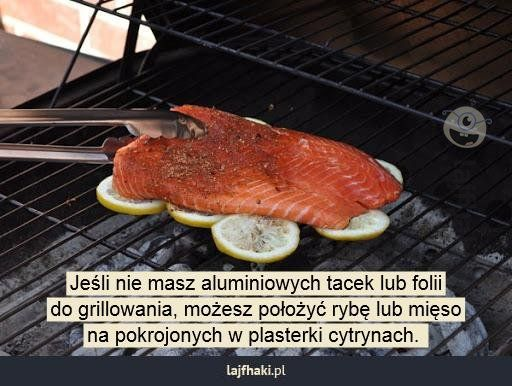 Jak grillować bez tacek? - Jeśli nie masz aluminiowych tacek lub folii do grillowania, możesz położyć rybę lub mięso na pokrojonych w plasterki cytrynach.