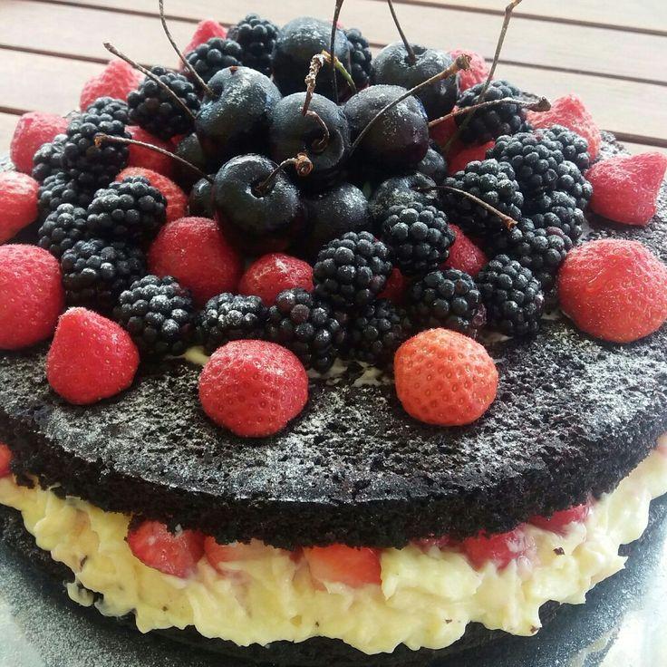 Naked cake de cacau 100 % com creme diplomata e frutas vermelhas.