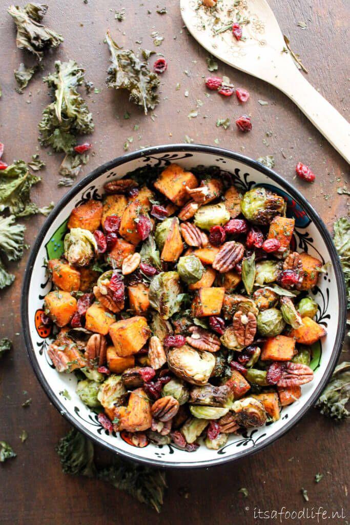 Herfstsalade met geroosterde pompoen en spruitjes. Maar ook met pecannoten, cranberries en boerenkool chips!   It's a Food Life