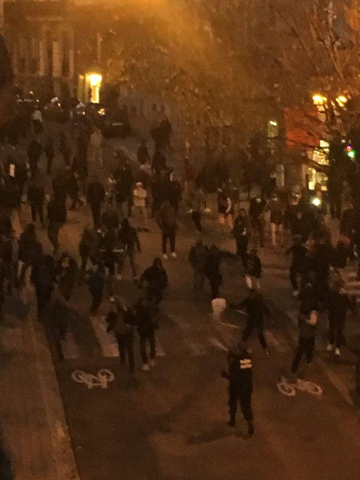 #Info #Belgique – Bruxelles : Grosses émeutes en cours quartier Louise Porte de Namur, policiers anti-émeute et militaires en masse. Zone survolée par des hélicoptères.