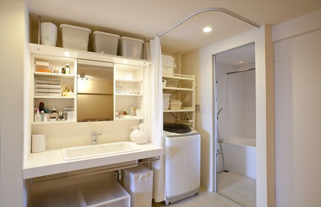 脱衣所はレールカーテンで仕切りを。普段は開けておく。でも、収納は洗濯機の上だけだと、届きにくいし、洗濯機横or反対側に、部屋着、下着、タオルの収納がほしい。洗面スペースはこんなに広くなくていい。