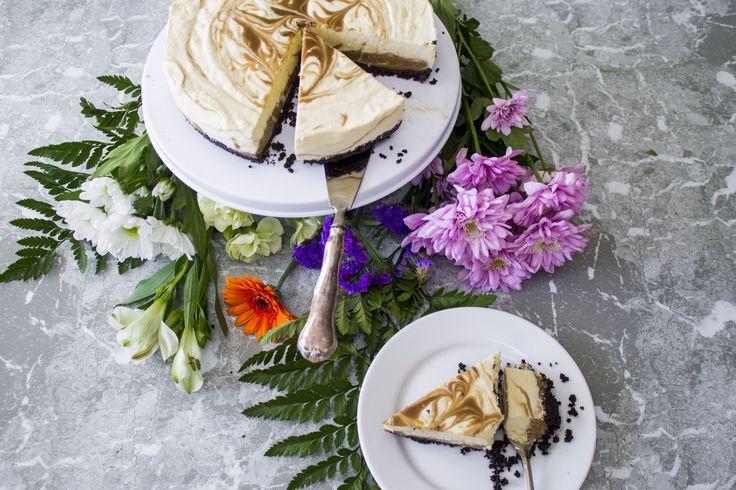 I den här fantastiska tårtan varvas fräsch citronmousse med barnsligt god lakritskola. De båda fyllningarna blandas med varandra på ett finurligt sätt så att tårtbitarna får vackra ränder.