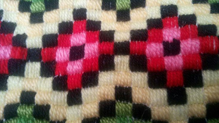rombos en lanas colores y tela aida
