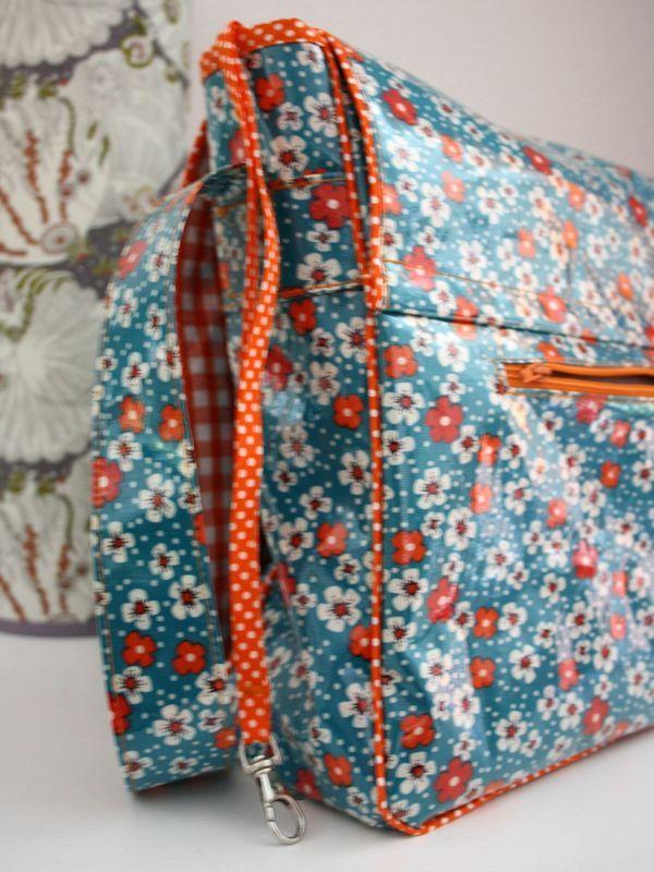 DIY Un sac besace de la cabane de Lilou inspiré d'Angel Mélie. (http://lacabanedelilou.canalblog.com/archives/2012/12/10/25754001.html)