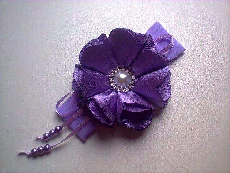 Faixa em meia de seda,flor em shantung e acabamento em strass.Conheça este e outros produtos em: www.elo7.com.br/acessoriosfashionbaby