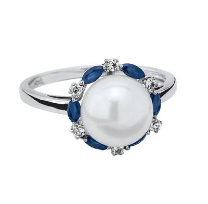 Anillo de compromiso de diamante, perla y Zafiro. Foto de Cristal Joyas
