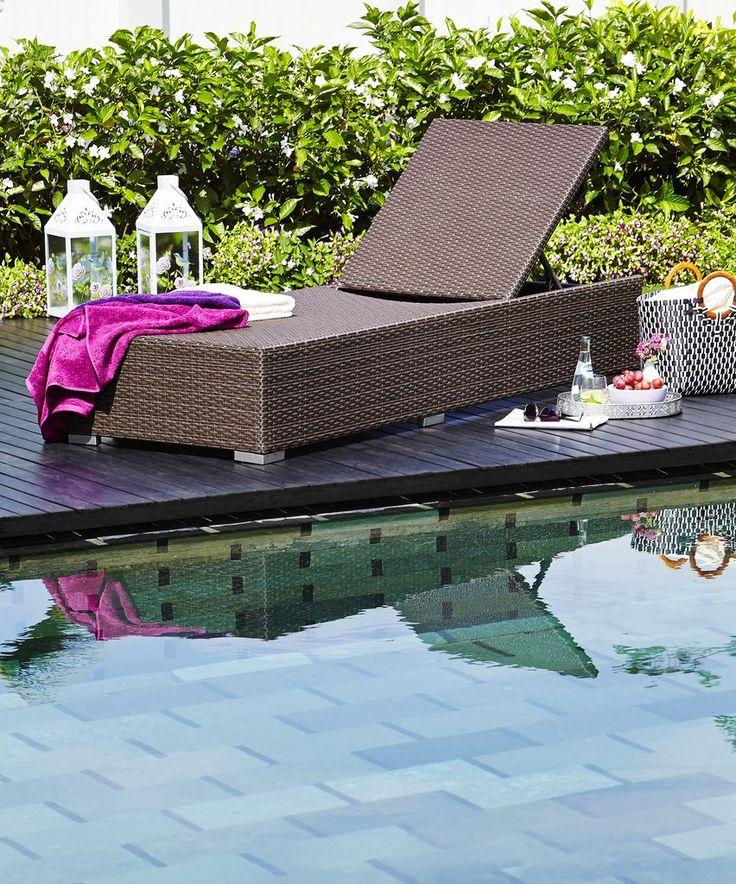 Vara, o zi la piscină sau la soare e distracția supremă! Stai la plajă, savurează o limonadă și citește cartea preferată pe un sezlong confortabil, de dimensiuni generoase!| JYSK #poolside #summerinspiration #summerdays #gardenfurniture
