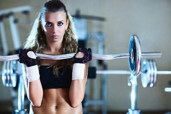 КАРДИО И СИЛОВАЯ ТРЕНИРОВКИ       КАРДИО  Кардио тренировки рассчитаны не на увеличение силы и мышечной массы, а на выносливость; они хорошо тренирует сердечно-сосудистую систему. Такие тренировки, несомненно, важны, ведь сердце – самая важная мышца нашего организма. К ним относятся все длительные тренировки с низким уровнем интенсивности: бег, прыжки на скакалке, велосипед, ходьба и другие.    Что дают кардио тренировки:  - сжигают калории и жир вместе с ними, уменьшают объёмы тела…