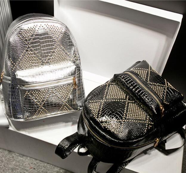Купить товар2016 женщин конструктора кожаные рюкзаки черный заклепки школьные сумки для подростков девочек женские наружные Bagpack Mochila Feminina в категории Рюкзакина AliExpress. 2016 Designer Women Leather Backpacks Black Rivet School bags For Teenagers Girls Female Outdoor Hiking Bagpack Mochila