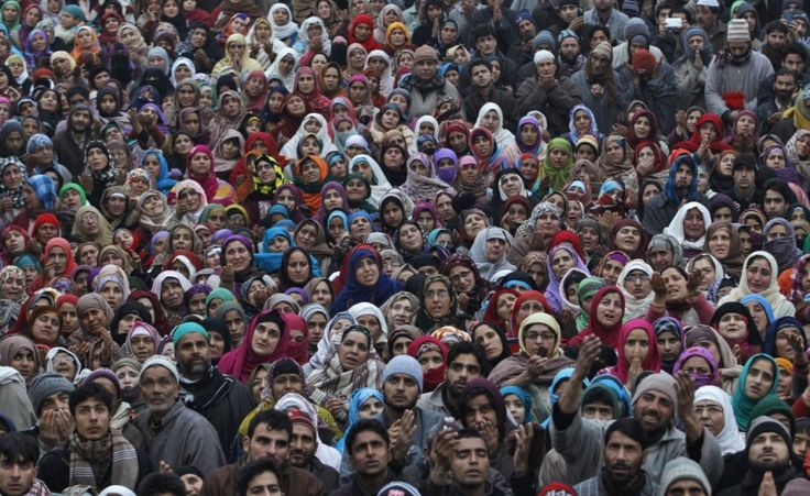 Il compleanno di Maometto. Musulmani del Kashmir pregano durante l'Eid-e-Milad-ul-Nabi festival, l'anniversario della nascita del profeta Maometto, a Srinagar (Reuters/Danish Ismail)