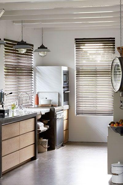 Vlinderjaloezieen bestaan uit dubbel gevouwen banen stof met de vouw aan de interieurszijde.