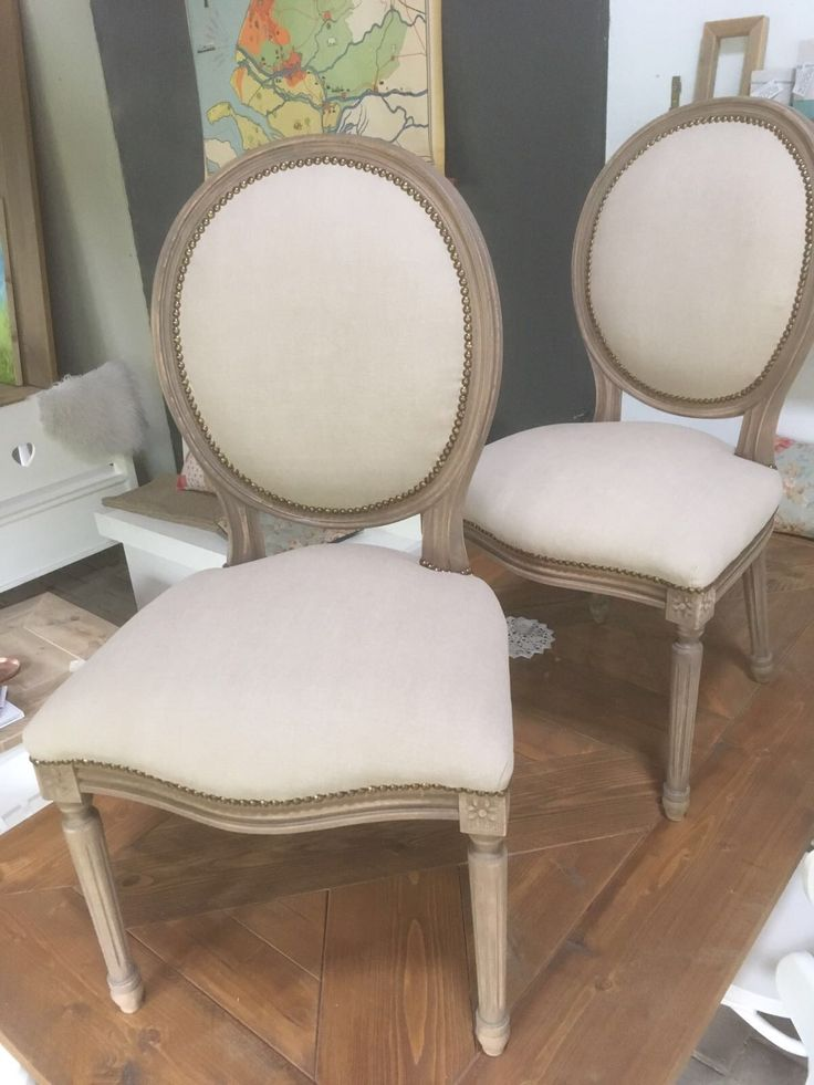 Oude stoelen? Oud is nieuw kan uw oude stoelen opknappen, het eindresultaat is verbluffend! Bekijk ons bord maar eens. Alles is mogelijk van koeienhuid tot stoffen van de markt.