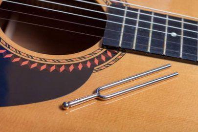 Gitarre stimme ohne Stimmgerät / Gitarre stimmen mit Stimmgabel / Gitarre stimmen über Flageolett