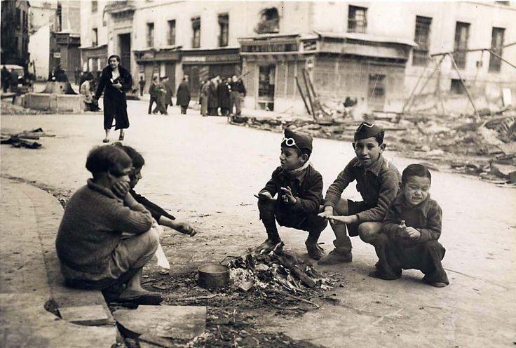 Plaza del Carmen, Madrid - Portal Fuenterre nens jugant al carrer durant la guerra civil espanyola