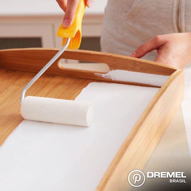 Passo 1: Começamos pintando a bandeja da cor escolhida. Lembrando que é recomendado lixar a madeira antes de pintar para garantir fixação