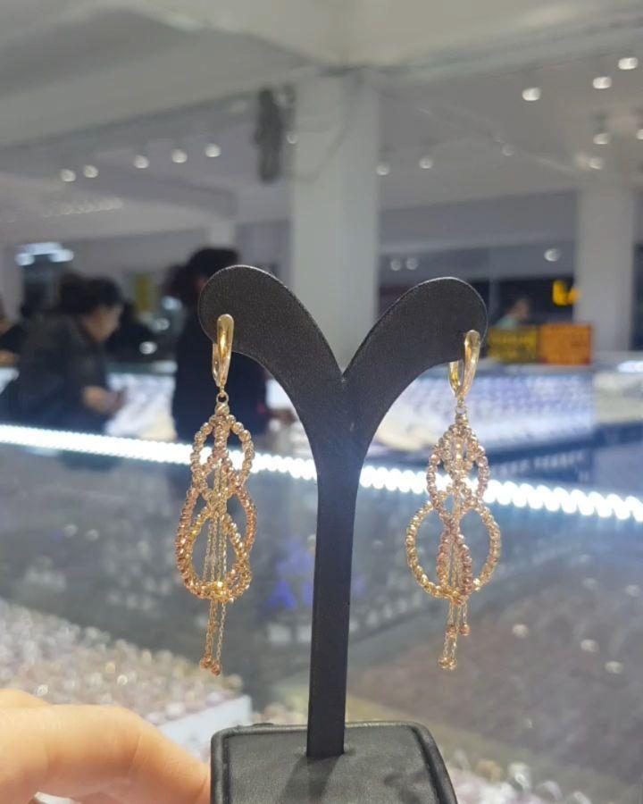 Lacin Ticaret Merkezi Xalqlar On Instagram Dunyanin Butun Sergilerinden Getirilmis Qizil Briliyant Zi Jewelry Diamond Dreams Drop Earrings