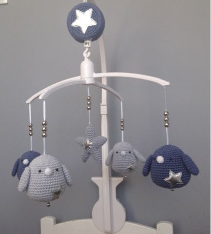 Kijk wat ik gevonden heb op Freubelweb.nl: vogeltjesmobiel om te haken voor op de babykamer. Leuk kraamcadeau! #gratis #nederlands #patroon http://www.freubelweb.nl/freubel-zelf/zelf-maken-vogeltjesmobiel/