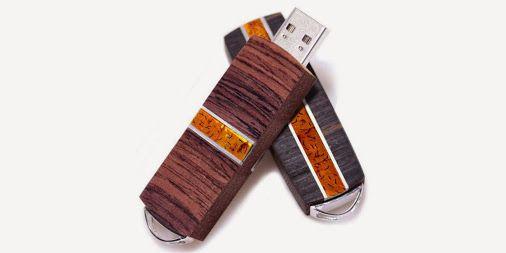 VIP II to najnowsza kolekcja ekskluzywnych pendrive'ów w naszej ofercie. Połączenie różnych gatunków egzotycznego drewna, metalu oraz kamieni jubilerskich. Ręczne wykonanie. Nowatorski system One Click wysuwający złącze po naciśnięciu przycisku. http://elektronika-reklamowa.eu/pl/4_zana #elektronikareklamowa #handmade #ekskluzywny #pendrive