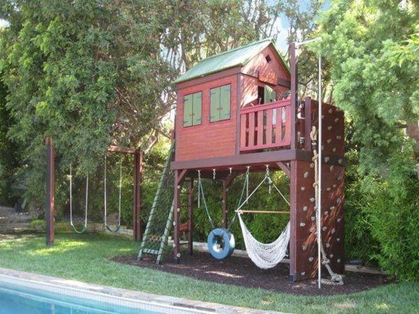 Simple Kinderhaus mit H ngematte Kletterwand im Garten