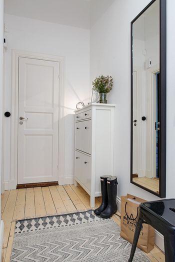 玄関を美しく見せるには、「清潔感」がポイントです。まずは下駄箱を活用して、玄関に出ている靴をスッキリ収納しませんか?下駄箱の上にはインテリアを飾って、おもてなしの雰囲気も演出してみましょう。こちらのような薄型タイプなら、小スペースにもピッタリです。